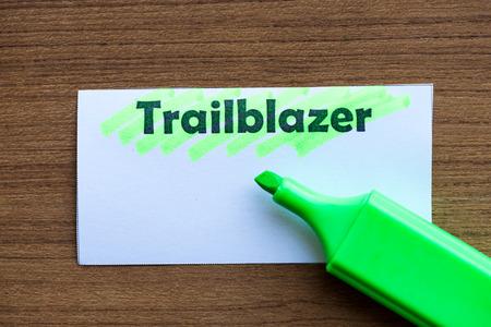 descubridor: pionero palabra resaltada en el papel blanco