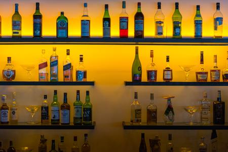 iluminado a contraluz: Varias botellas de licor y vino a contraluz Editorial