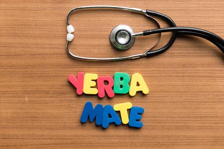 yerba mate: La yerba mate palabra colorido con el estetoscopio en el fondo de madera