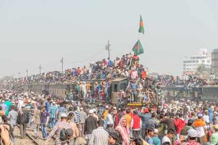 ダッカ、バングラデシュ - 2017 年 1 月 15 日: Unindentified のイスラム教徒は、トンギ、ダッカ、バングラデシュの bishwa ijtema から帰国します。 報道画像