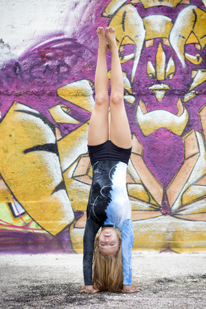 toe: toe doing handstand