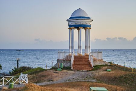 Rotunda on the ocean. Beautiful seascape with architectural structure. Zdjęcie Seryjne - 125340298