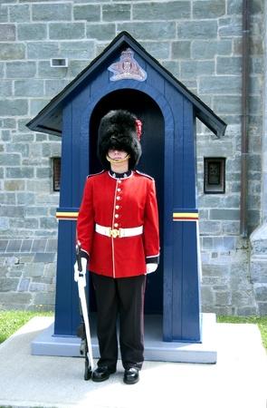 the citadel: Quebec city, Canada-23 agosto 2009: il soldato si erge la guardia alle porte alla cittadella.
