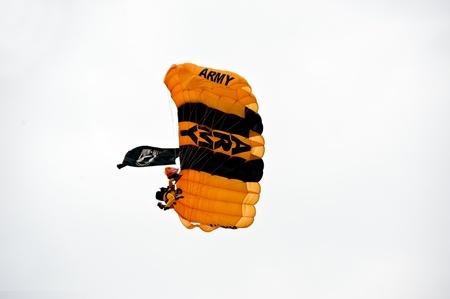 군사용 점퍼는 Pease air show에서 활공 기술을 보여줍니다.