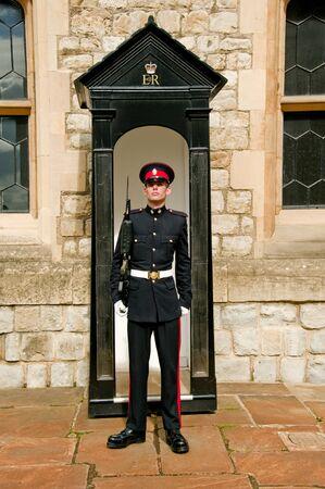 런던, 영국 -2011 년 9 월 18 일 : 군인 런던 타워에서 가드를 제공합니다