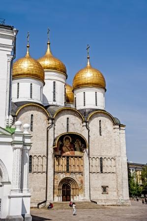 방문객들은 모스크바 크렘린 박물관과 성당을 모색하고 있습니다 스톡 콘텐츠