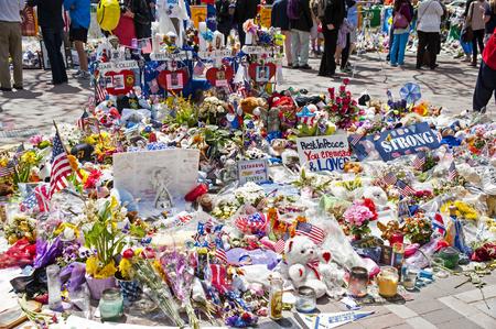 2013 년 4 월 15 일 테러 공격으로 사망 한 보스턴 마라톤 희생자들을 기념하여 Boylston 거리에 기념관이 설치되었습니다.