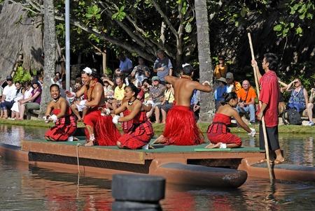 Hawaiian dance at the Polynesian Cultural Center in Honolulu Редакционное