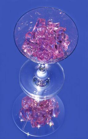 三次元反射とワイングラス上のピンクの水晶