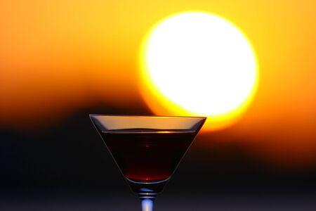 美しい夕日と素晴らしいワインでいっぱい水晶ワイングラス