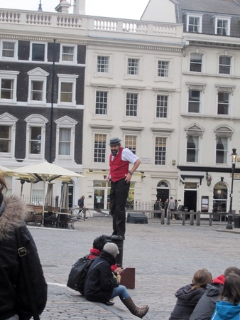 covent: Street perfomer putting up a show, Covent Garden Market, London Stock Photo