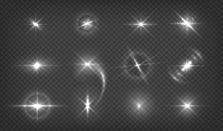 Riflessi di lenti scintillanti. Effetti di luce incandescente. Bagliore di fulmine realistico. Lampi e scintille hanno isolato l'insieme trasparente. Vector lucido bellissimo effetto luci galassia su sfondo scuro