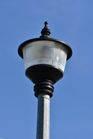 octogonal: Circular street lamp on octagonal metal pole.