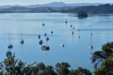 Boats on very calm water surface of Mahurangi Harbour in New Zealand viewed from hill. 版權商用圖片