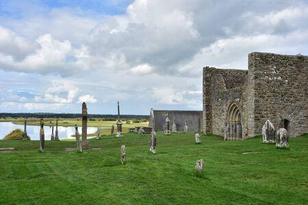 Fiume di marea Shannon con le rovine e le croci del monastero di Clonmacnoise in Irlanda. Archivio Fotografico - 97073529