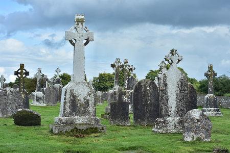 Lapidi esposte all'aria principalmente con croci celtiche per motivi di monastero di Clonmacnoise in Irlanda. Archivio Fotografico - 96975378