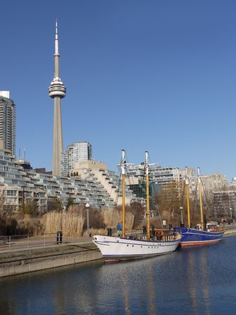 building cn tower: Toronto skyline with sailboats