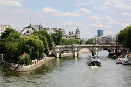 seine: Parijs, Frankrijk, juli 2009 - skyline van Parijs met de Pont Neuf Redactioneel