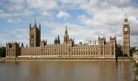 Rivier-zijaanzicht van het Britse Parlement gebouw Stockfoto