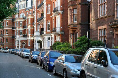 Londres, Angleterre, Juillet 2009 - rue résidentielle avec des immeubles élégants dans le quartier de Kensington