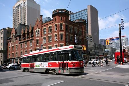 Toronto, Kanada, červenec 2011 - Red Rocket Tramvaj na Yonge a Carlton, v přední části Oddfellow sále Redakční