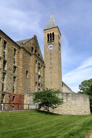 Ithaca, NY, USA, květen 2009 - Cornell University stavební a McGraw věž s hodinami