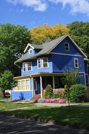 middle class: Ithaca, NY, EE.UU., mayo de 2009 - Colorido casa decorada con revestimiento azul