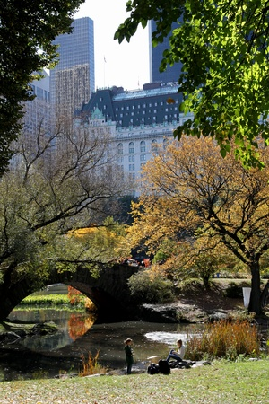 New York, NY, USA, October 2009 - Central Park vijver en bridge, met Plaza Hotel in achtergrond Redactioneel