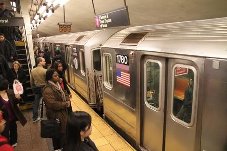 New York City, říjen 2009 - Dav na platformě stanice metra Grand Central Terminal