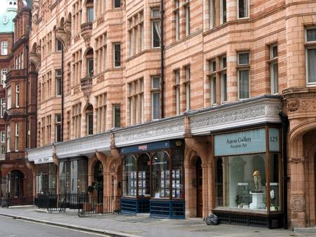 Londýn, Anglie, červen 2007 - Drahé obchody v horní třídě Mayfair v ozdobně zdobené staré budovy Redakční