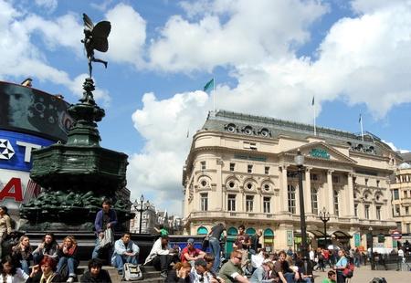 eros: Londra, Inghilterra, giugno 2007 - shoppers Weary sedersi e riposare sotto la statua di Eros a Piccadilly Circus Editoriali