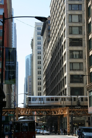 Chicago, USA - August 2006 - Subway train runs on elevated tracks in the Loop district downtown Redactioneel