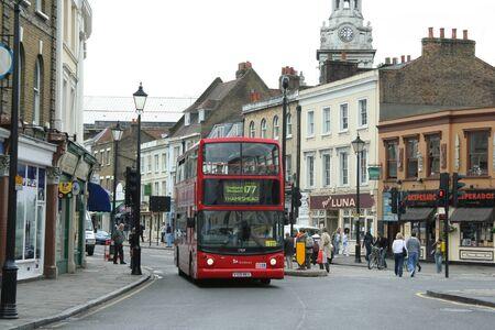 London Borough of Greenwich, Anglie, červen 2007 - obchody a dvoupatrový autobus na staré street07 -