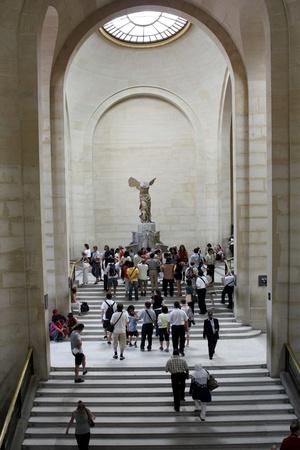 Paříž, Francie, červenec 2009 - Louvre schodiště a Okřídlené vítězství Samothraké sochařství