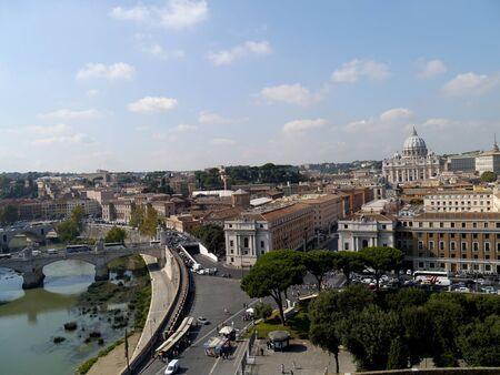 tiber: Roma, Italia, octubre 2011 - Skyline mirando por encima del r�o T�ber, con la c�pula de San Pedro