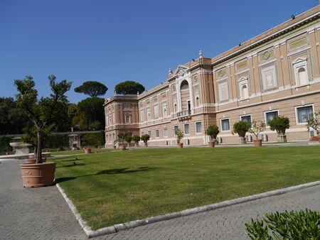 Rom, Italien, Oktober 2011 - Garten an der Vatikanischen Museen Standard-Bild - 10986468
