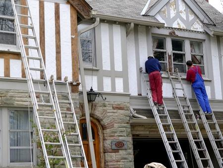 pintor de casas: Chicago, EE.UU., septiembre de 2010 - casa de renovaci�n del acabado de pintores una casa antigua de estilo tudor