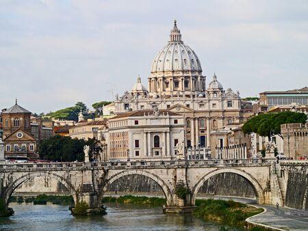 tiber: Roma, Italia, octubre 2011 - Bas�lica de San Pedro y el r�o T�ber