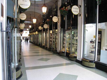 luxury goods: Londres, Inglaterra, mayo de 2007 - galer�a comercial con art�culos de lujo