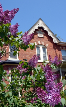 house gables: Toronto, Canad�, mayo de 2009 - Casa Victoriana con gabletes Editorial