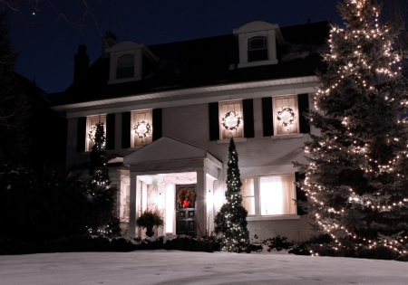 fachada de casa: Toronto, Canad�, diciembre de 2010, se casa con luces de Navidad