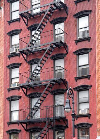 huir: Nueva York, octubre de 2011, antiguo edificio de apartamentos con escalera de incendios