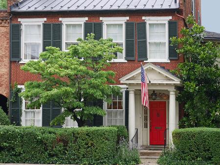 Oud huis met Amerikaanse vlag, Virginia, 2014