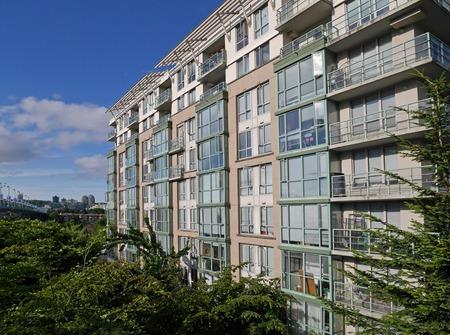 edificio de apartamentos rodeado de árboles Editorial