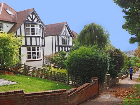 middle class: Inglés clase media calle suburbana con casas de estilo Tudor Editorial