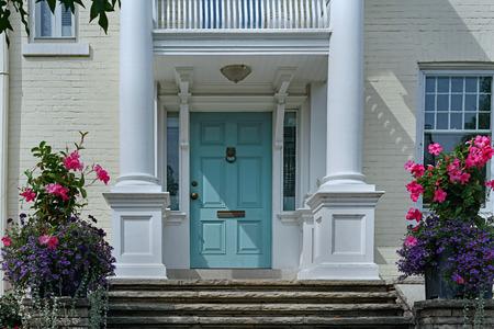 Puerta de entrada elegante con pilares blancos Foto de archivo