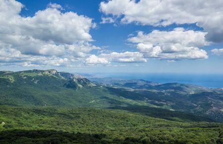 海山空クリミア半島の緑の木々 の夏の風景の上の雲