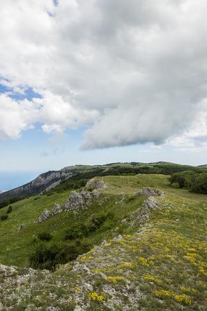 緑の山々 と低雲クリミア半島、自然風景の背景 写真素材