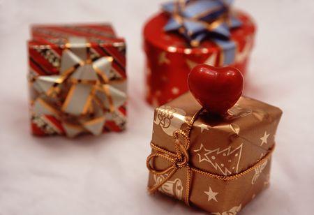 three gift boxes: Tres cajas de regalo en el fondo blanco