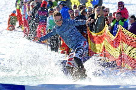 At the watersplash, the participants have to ski or snowboard over a 10 meter long water pool. With each pass, the start-up is shortened by a few meters until only the best comes across the pool. Editoriali
